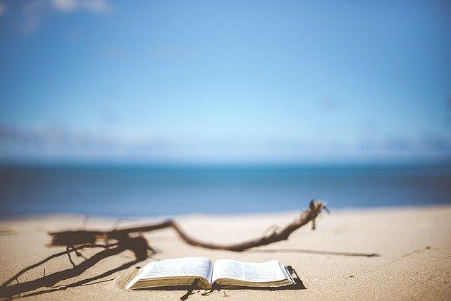 砂浜に置かれている一冊の本